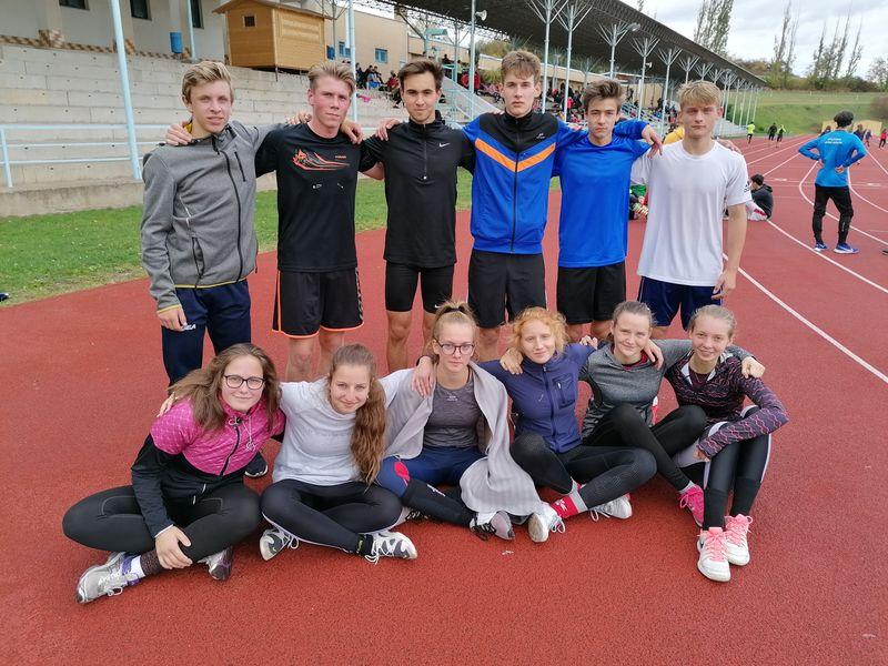 účastníci přespolního běhu